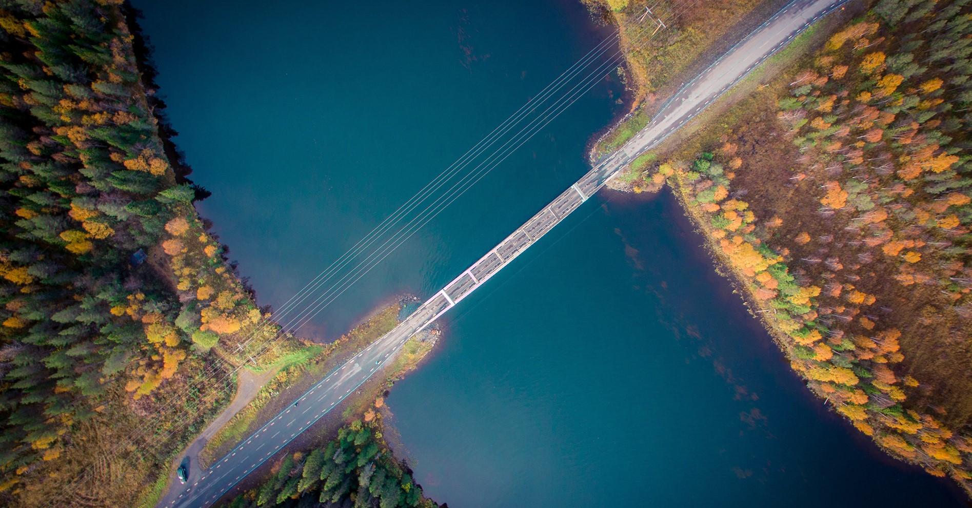 En bro över ett vattendrag.
